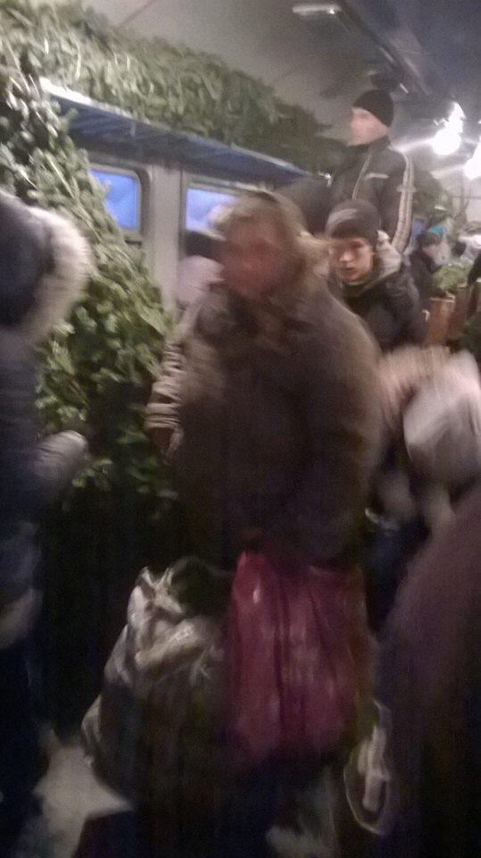 Забита ялинками приміська львівська електричка.