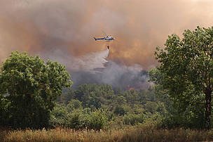 This helicopter fighting fires in the Lozère can download only 500 liters of water per flight. ... / ©: WWF-Canon / Michel GUNTHER