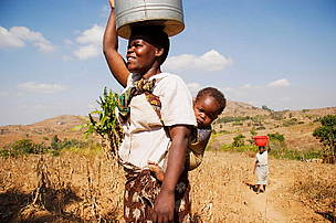 Woman carrying bucket of water / &copy;: WWF-Canon / Yoshi SHIMIZU