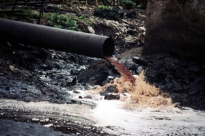 Sewage pipe spewing pollution from a factory directly into a river near Mumbai (Bombay). India. / ©: WWF-Canon / Mauri RAUTKARI