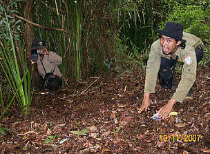 Camera trap installment in Kerumutan, Sumatra, Indonesia. / ©: WWF-Tesso Nilo Prog.