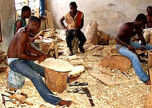Carvers use large volumes of endangered wood species for their work contributing to deforestation. / &copy;: Chris GORDON /WWF WAFPO