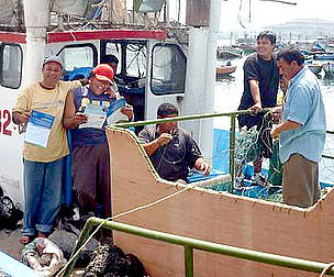 Spanish language factsheets give South American fishers valuable info on seabird-safe fishing ... / &copy;: Pro Delphinus