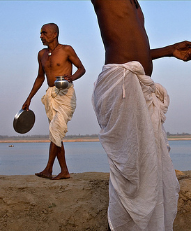 Nepalese pilgrims on the banks of the Ganges, India. / ©: Claude Renault