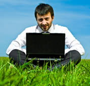 Man with laptop / ©: iStockphoto/ZoneCreative