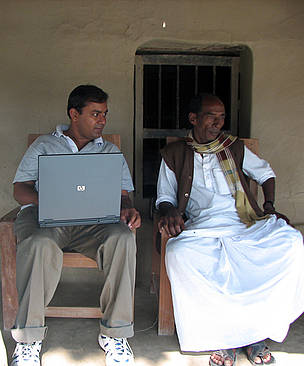 Subhro Sen in conversation with Sudhangshu Sheet, a local self-government (Namkhana Panchayat ... / &copy;: WWF-India