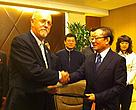 Mr. Jim Gradoville, CEO of WWF China, and Mr. Wei Jianguo, former Vice Minister of Commerce and Secretary General of CCIEE, at the MOU signing ceremony.