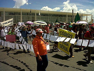Thousands of students, environmentalists, researchers, family farmers, progressive parliamentarians and representatives of civil society occupied the lawns in front of the Congress and the Três Poders Square, in Brasilia.