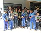 Niños de Aldea SOS adoptando arbolitos en el Villamorra Shopping