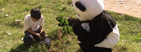 El Panda ayudando a plantar arbolitos / ©: WWF - Cinthya Duarte
