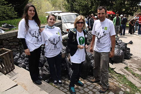 bTV presenter Hristina Balinska and WWF volunteers at WWF's National Day of the Nature Parks in ... / ©: WWF/Stefan Dimov