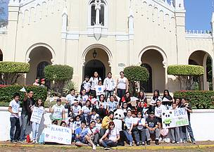 Un grupo frente a la Iglesia Nuestra Seora de la Candelaria antes de partir