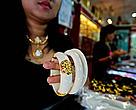กำไลงาช้างในร้านขายเครื่องประดับ ท่าพระจันทร์กรุงเทพฯ