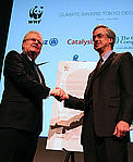 Business setting an example : Sony chair and CEO Sir Howard Stringer presents The Tokyo Declaration ... / ©: WWF-Japan