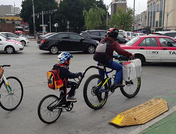 Foto: Camino a la escuela, en bicicleta.