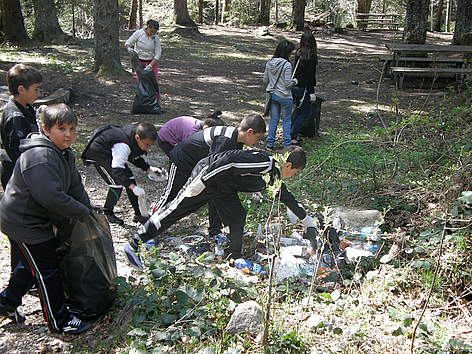 Volunteers clean Rilski Manastir Nature Park during WWF's National Day of the Nature Parks 2011 / ©: Rilski Manastir Nature Park