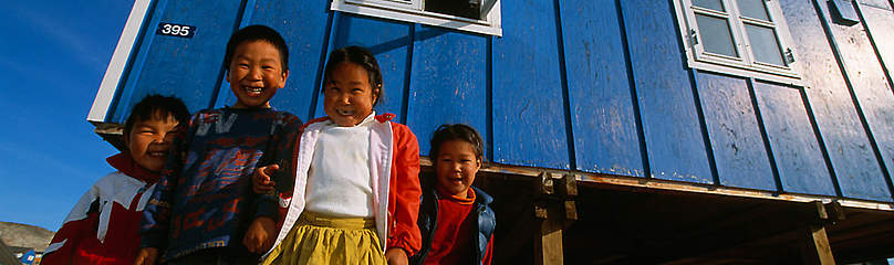 Inuit kids in front of their house, Greeenland / ©: Staffan Widstrand / WWF