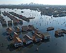 Casas inundadas tras el Huracán Katrina, de fondo, la ciudad de New Orleans.