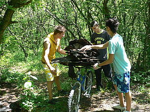 Volunteers participate in WWF's National Day of Nature Parks in Shumensko plato Nature Park, ... / ©: WWF DCP BG archive