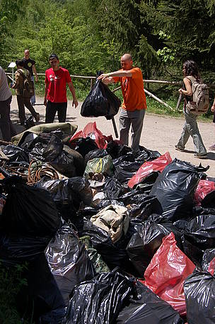 Volunteers clean Vitosha Nature Park, Bulgaria, at WWF's National Day of the Nature Parks, 23 May ... / ©: WWF/Konstantin Ivanov