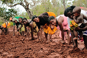 WWF volunteers work with local communities to provide education to reduce human impact on natural ... © WWF-Madagascar