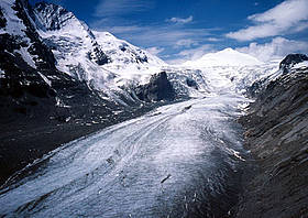 Pasterze Glacier lies in the Hohe Tauern mountain range of the Austrian Alps. / &copy;: Michle DPRAZ / WWF-Canon