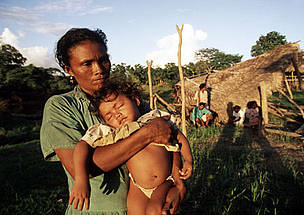 Miskito woman with her little girl, in village destroyed by Hurricane Mitch. La Mosquitia, Honduras ... / ©: Nigel DICKINSON / WWF-Canon