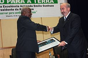The President of the Republic of Mozambique, Mr. Armando Emlio Guebuza receiving the certificate from Jean-Paul Paddack, Director, Global Initiatives at WWF International.